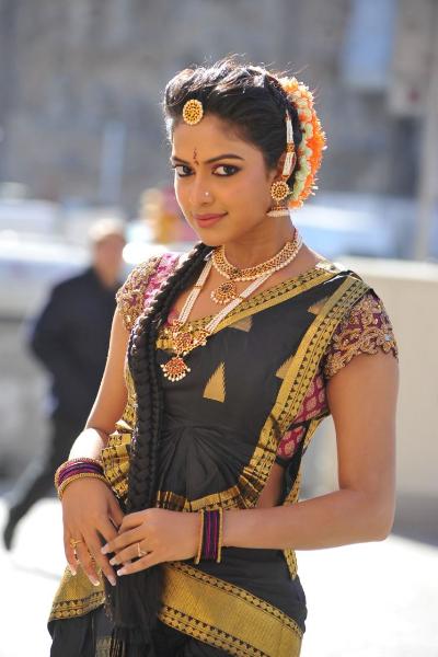 amala-paul-dancing-photos-iddarammayilatho-movie-1