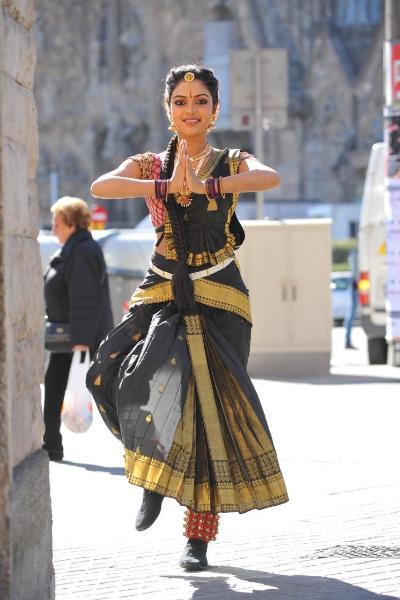 amala-paul-dancing-photos-iddarammayilatho-movie-11