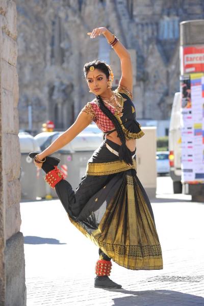 amala-paul-dancing-photos-iddarammayilatho-movie-12