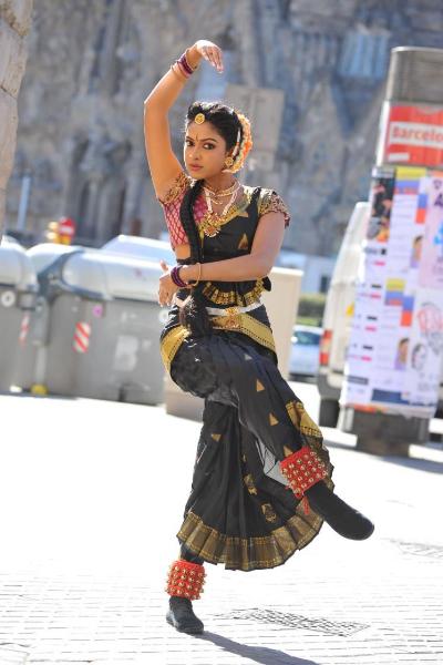 amala-paul-dancing-photos-iddarammayilatho-movie-13