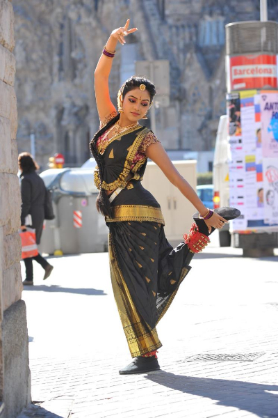 amala-paul-dancing-photos-iddarammayilatho-movie-14
