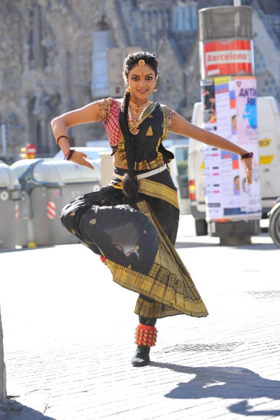 amala-paul-dancing-photos-iddarammayilatho-movie-17