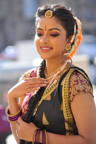 amala-paul-dancing-photos-iddarammayilatho-movie-20