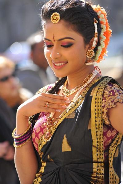amala-paul-dancing-photos-iddarammayilatho-movie-22