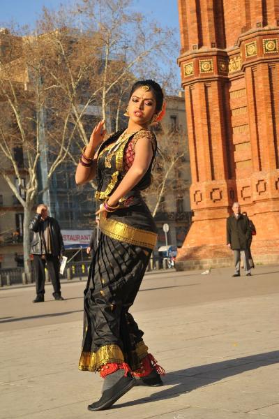 amala-paul-dancing-photos-iddarammayilatho-movie-26