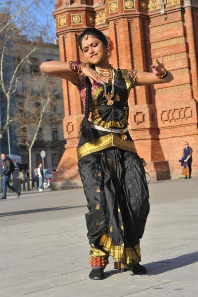 amala-paul-dancing-photos-iddarammayilatho-movie-27