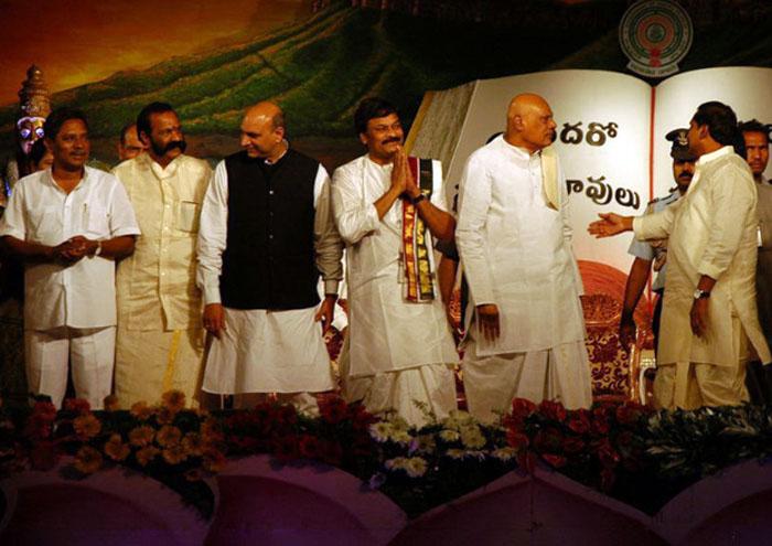 chiru-at-worlds-telugu-mahasabhalu-2012-photos-3