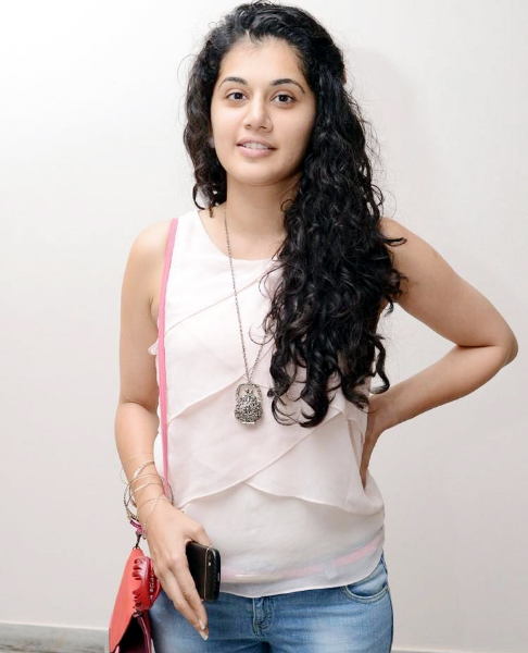 tapsee-photos-in-jeans-10