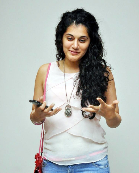 tapsee-photos-in-jeans-11