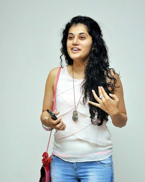 tapsee-photos-in-jeans-12