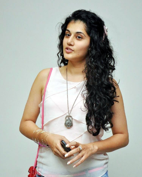 tapsee-photos-in-jeans-14