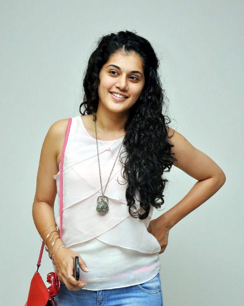 tapsee-photos-in-jeans-17