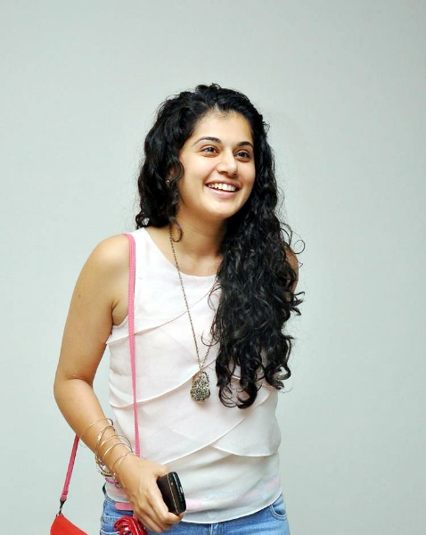 tapsee-photos-in-jeans-20