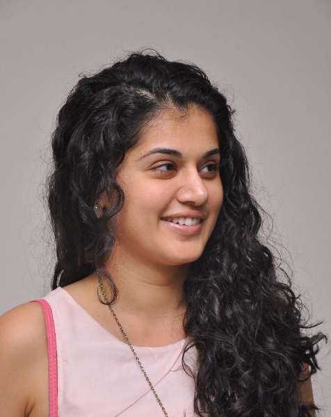 tapsee-photos-in-jeans-22