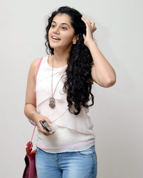 tapsee-photos-in-jeans-5